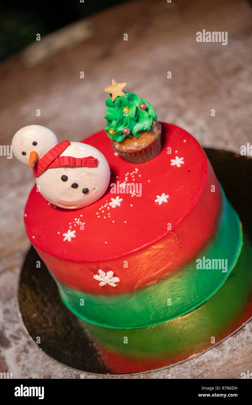 Pastel De Navidad Decorado Con Pastelitos Y Coloridos Dulces De