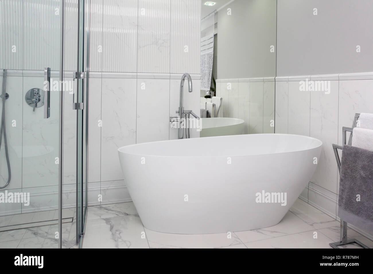 En un hermoso cuarto de baño con azulejos de mármol de ...