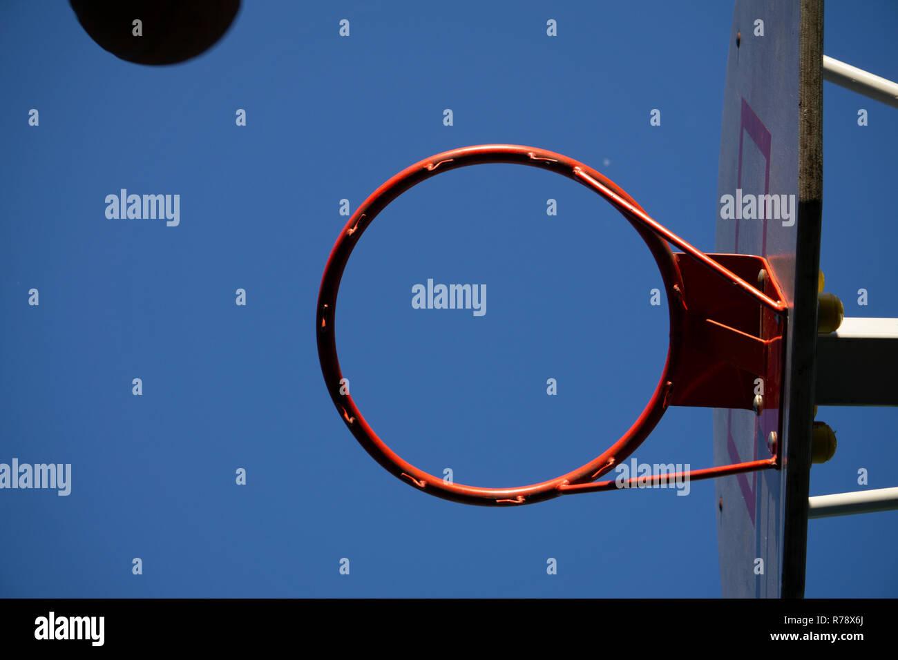 Cerrar en un aro de baloncesto con net contra el cielo gris Imagen De Stock