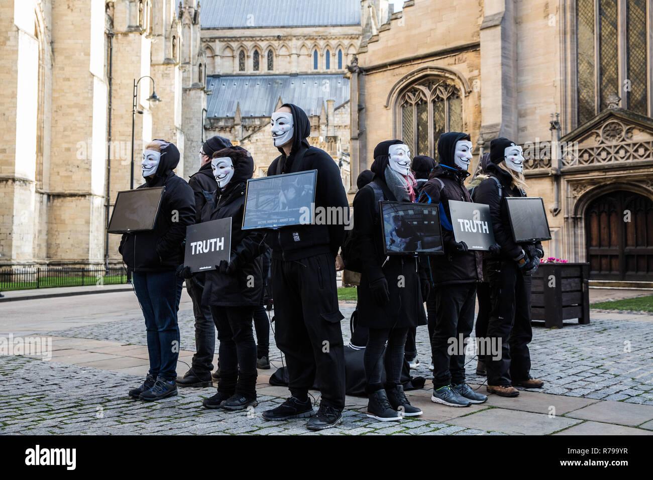YORK, Reino Unido - 8 de diciembre de 2018. Los miembros de la red El Cubo de verdad Vegan grupo protesta en Guy Fawks máscaras y protestando por la crueldad con los animales. Imagen De Stock