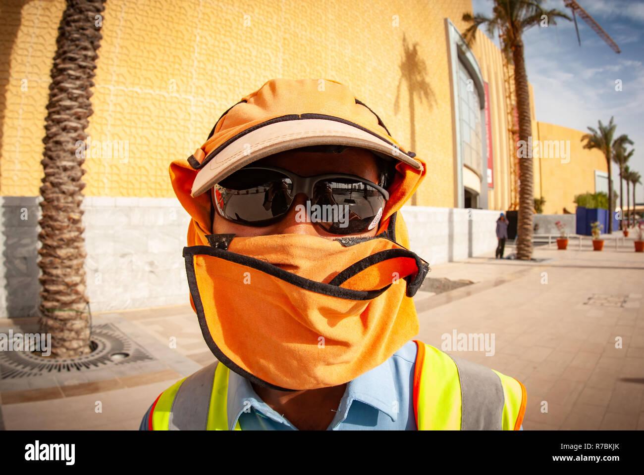 e7a724becd Trabajador con gafas de sol con sombreros y que cubre la cabeza en un sitio  de construcción en Dubai, Emiratos Árabes Unidos
