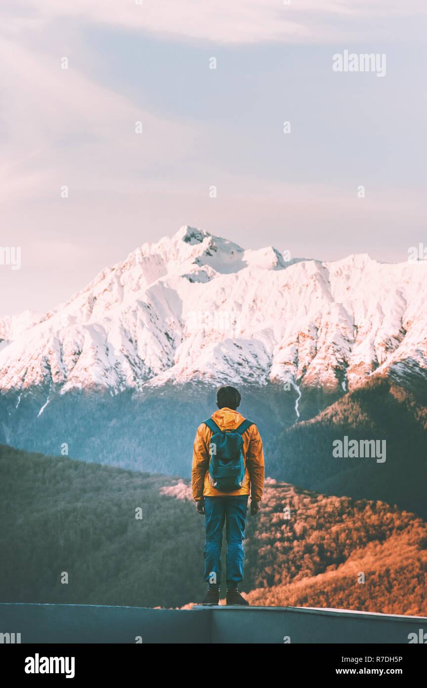 Viajero hombre caminando solo en sunset montañas estilo de vida activo vacaciones de invierno al aire libre aventura senderismo soledad y silencio Foto de stock