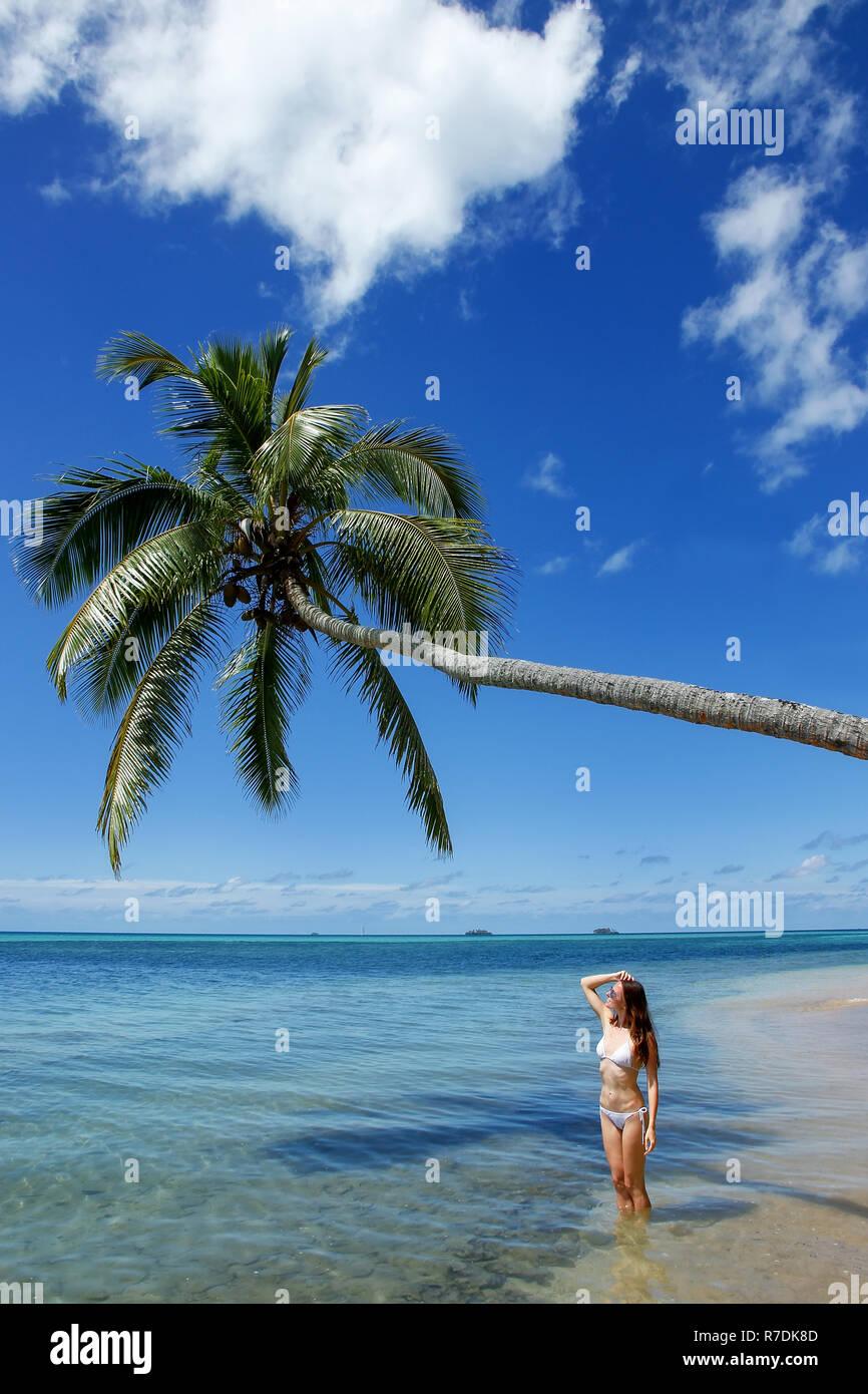 Cerca Palmeras Joven Pararse Bajo Mujer Isla Bikini En Makaha'una wuOkPXZiT
