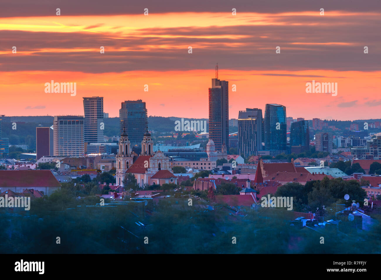Casco antiguo y rascacielos, Vilnius, Lituania Foto de stock
