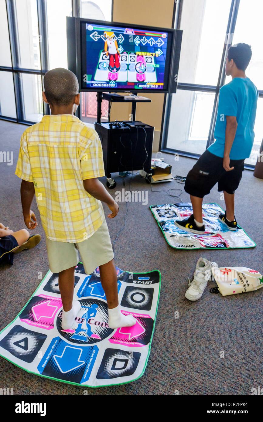 Centro Cultural Miami Florida Plaza Principal Biblioteca Pública El arte de la narración de cuentos Festival Internacional Teen Zone Dance Dance Rev Foto de stock