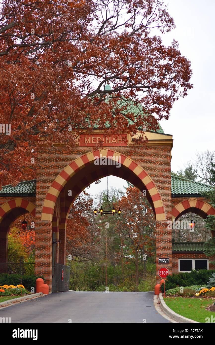Medinah, Illinois, EE.UU. La entrada al Club del condado de Medinah, en los suburbios de Chicago en el otoño, el hogar de tres campos de golf de 18 hoyos. Foto de stock