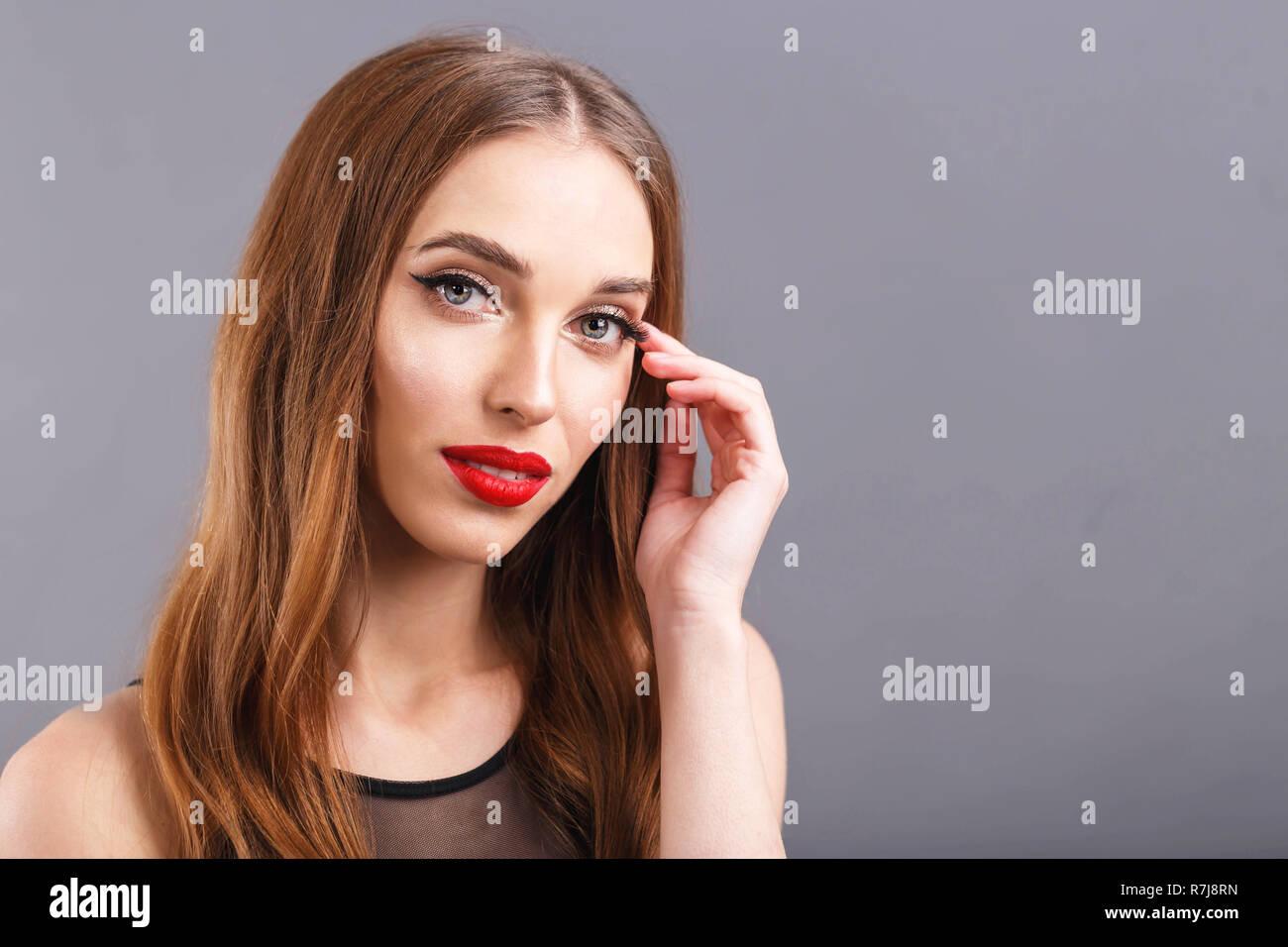 Romantica Atractiva Mujer De Pelo Largo Con Labios Rojos Vestidos De
