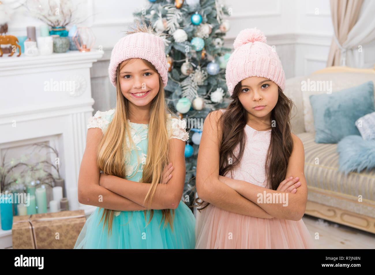 Vacaciones en familia. Cute little girl with niños presentes. feliz navidad  niñas hermanas celebrar 227ceb944cb