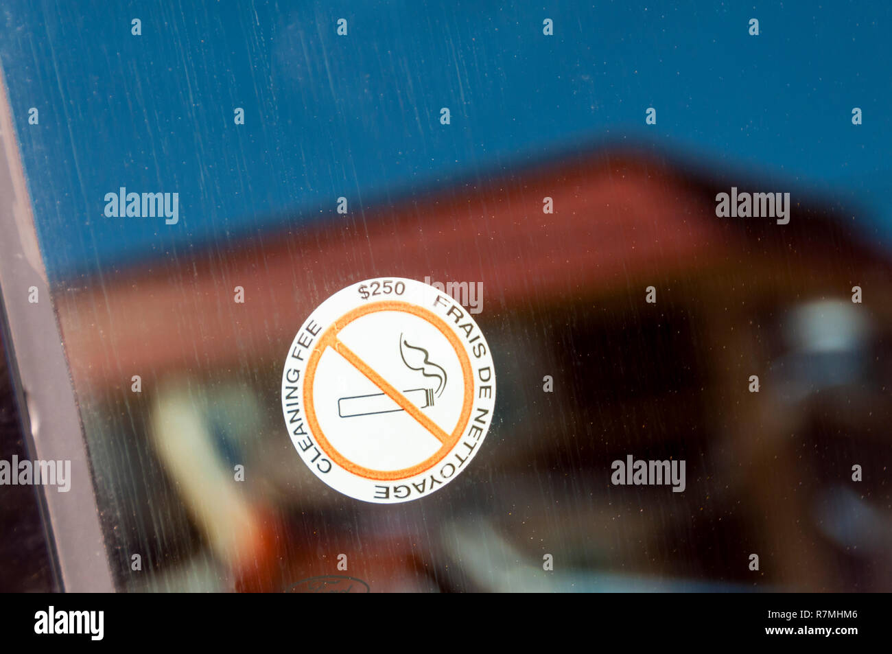 Una pegatina de No Fumar en un coche de alquiler ventana advierte de una tarifa de $250 en concepto de limpieza. Imagen De Stock