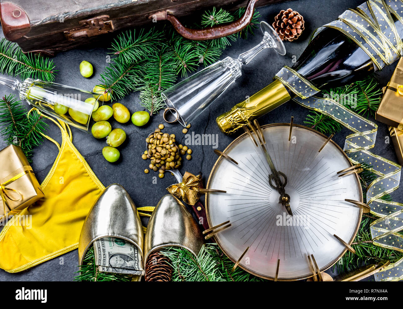 Español y Latinoamericano tradiciones de Año Nuevo. maleta vacía, la lenteja cuchara, ropa interior amarilla, un anillo de oro en el champán, las 12 uvas, el dinero en el zapato. Christmas background Imagen De Stock
