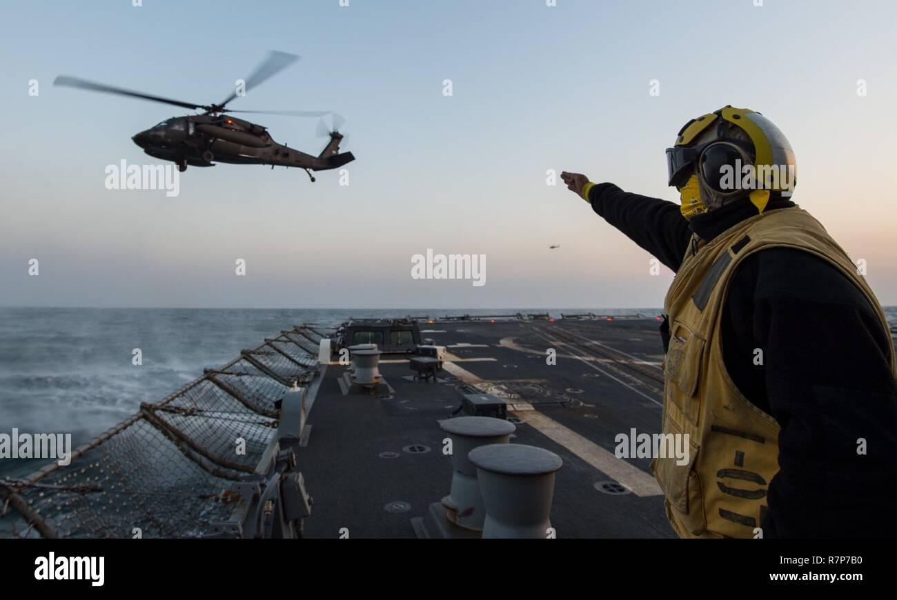 Las aguas al oeste de la península de Corea (Mar. 21, 2017) Boatswain's Mate de 2ª clase de Laurence George Cerezo, asignadas a las desplegadas en la clase Arleigh Burke de misiles guiados destructor USS McCampbell (DDG 85), lleva a cabo las operaciones de vuelo del Ejército de los Estados Unidos con un helicóptero UH-60 Blackhawk como parte del ejercicio Foal Eagle 2017. Foal Eagle 2017 es una serie de eventos anuales de capacitación que están orientadas a la defensa y diseñado para aumentar la preparación para defender a la República de Corea, proteger la región y mantener la estabilidad en la Península Coreana. Foto de stock
