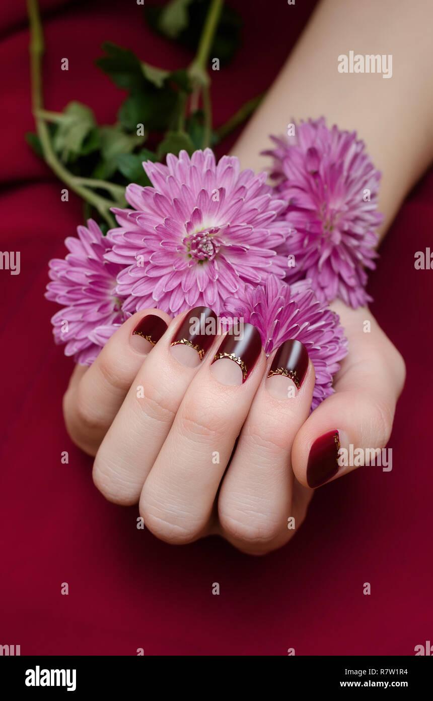 Manos Femeninas Con Diseño De Uñas De Color Rojo Oscuro