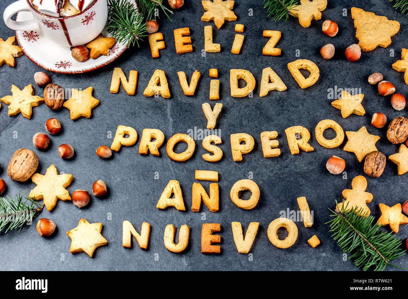 FELIZ NAVIDAD EN ESPAÑOL LAS COOKIES. Palabras Feliz Navidad y feliz año nuevo en Español con galletas, tarjeta de Navidad para los países de habla hispana vista superior Imagen De Stock