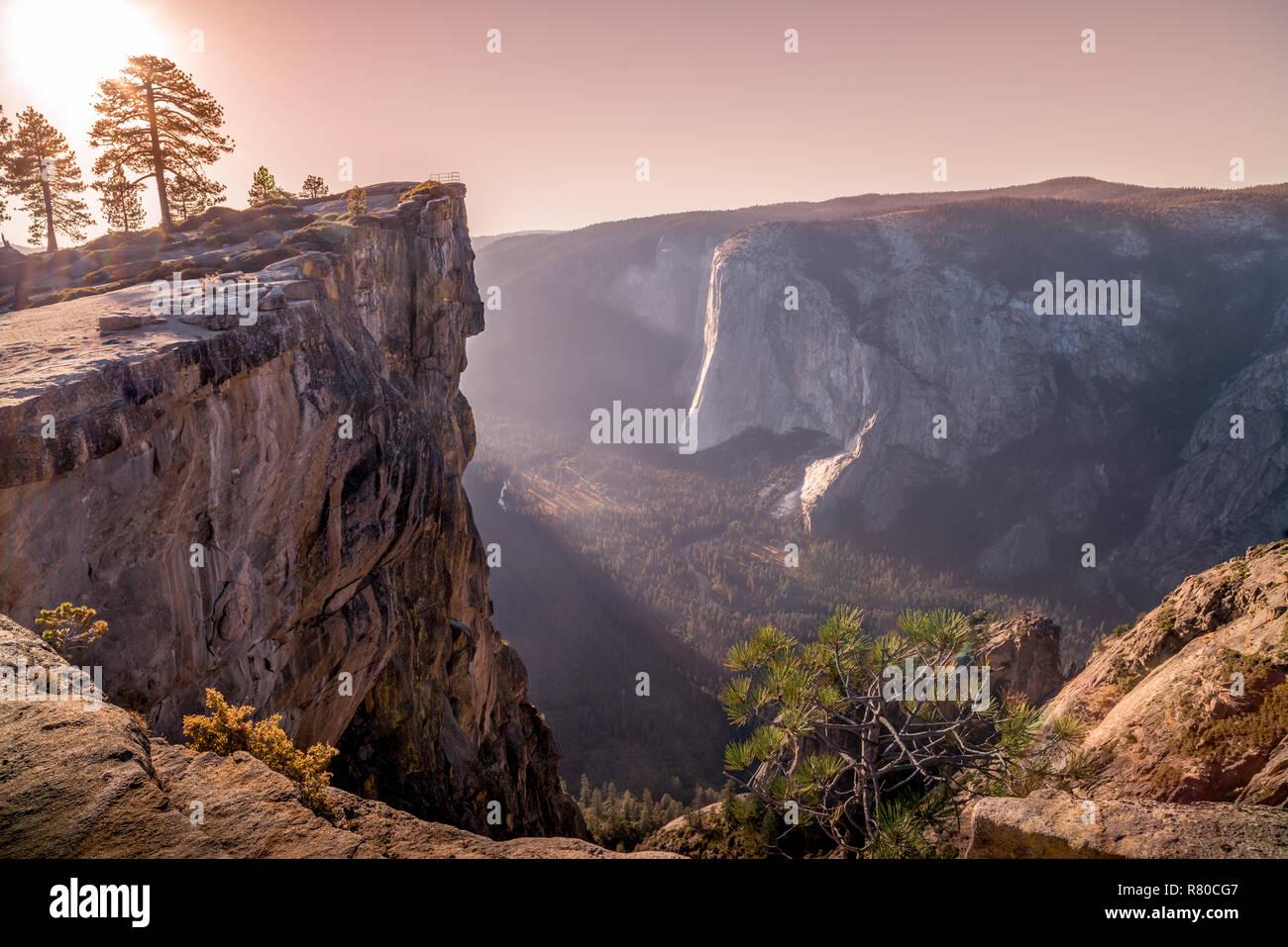 El Parque Nacional de Yosemite, incluyendo Half Dome, Yosemite Falls, y Capitan de carril elevado sobre el río Merced, en el valle de Yosemite Foto de stock