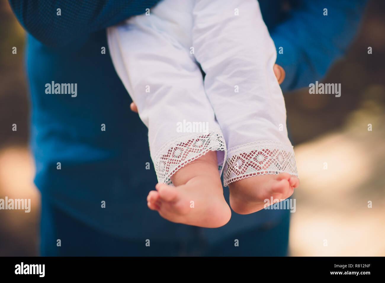 Los pies del bebé en la mano. Bautizo. El bautismo. Ortodoxos. Imagen De Stock