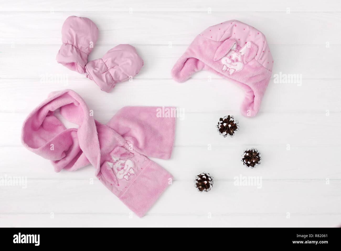El otoño o invierno ropa de moda. Niña Rosa Conjunto de prendas de vestir en el fondo de madera. Imagen De Stock