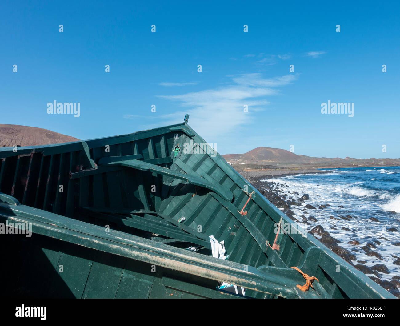 Pequeño barco pesquero utilizado por inmigrantes ilegales que cruzan de África a las Islas Canarias en Lanzarote. 2018 Foto de stock