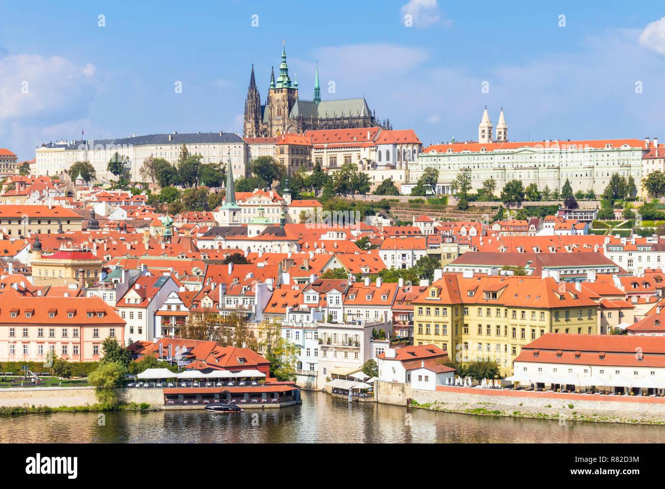 Praga República Checa Praga El castillo de Praga con la catedral de San Vito y el barrio de Mala Strana, Praga República Checa Europa Foto de stock