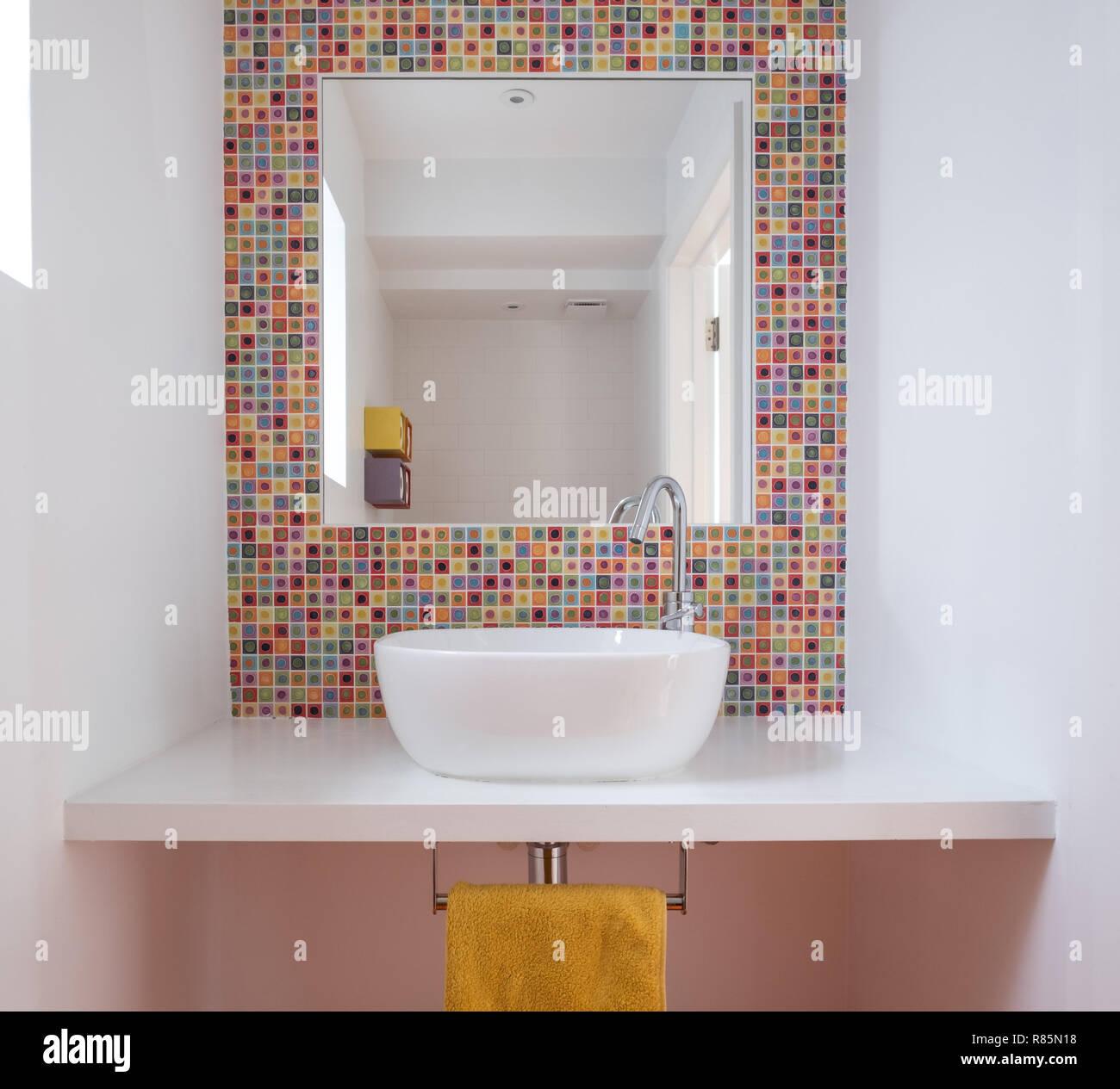 Fotos De Cuartos De Bano Pintados.Un Cuarto De Bano Con Lavabo Coloridos Azulejos De Mosaico