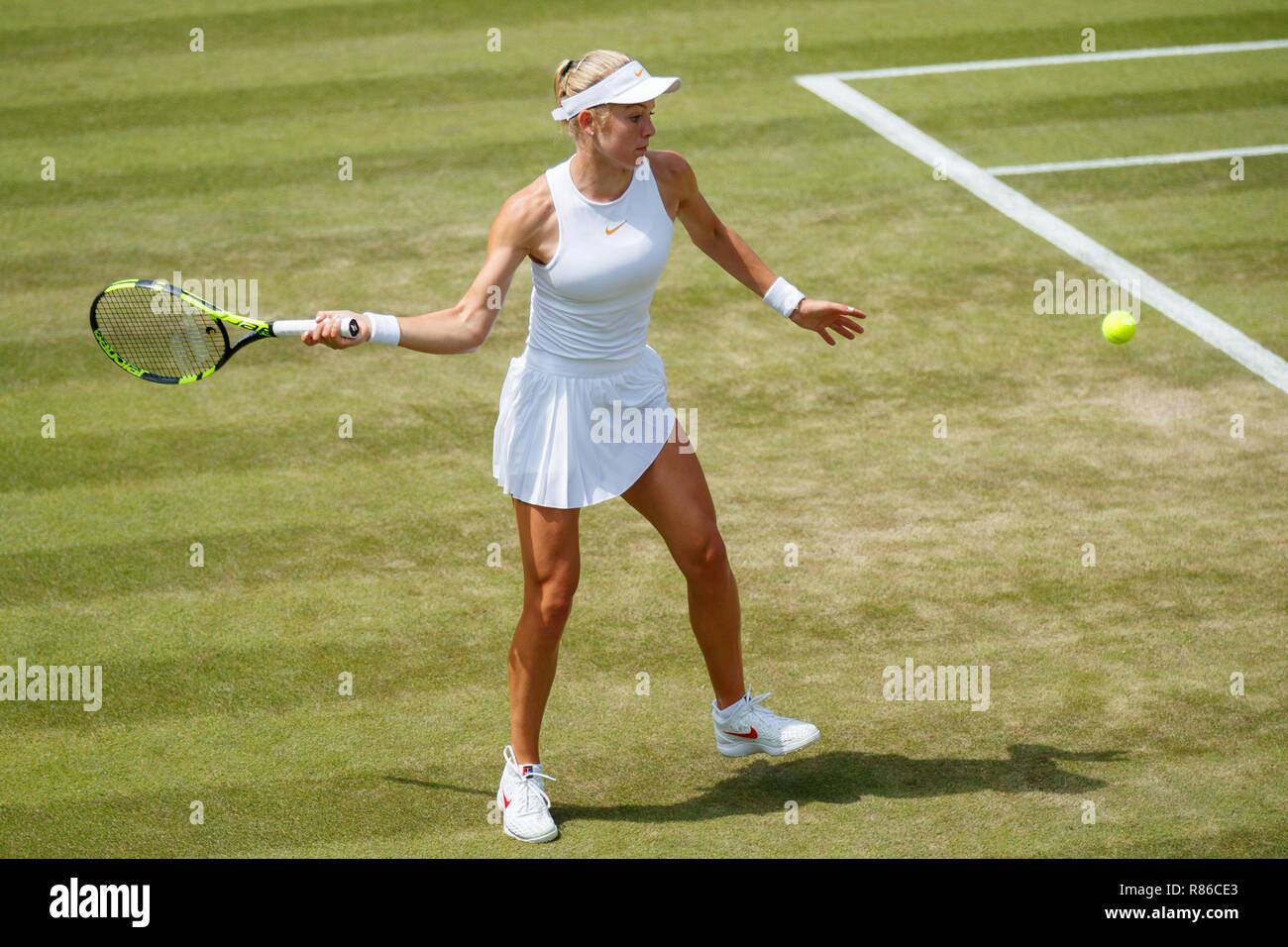 Katie Swan de GB en acción durante el Campeonato de Wimbledon 2018 Foto de stock