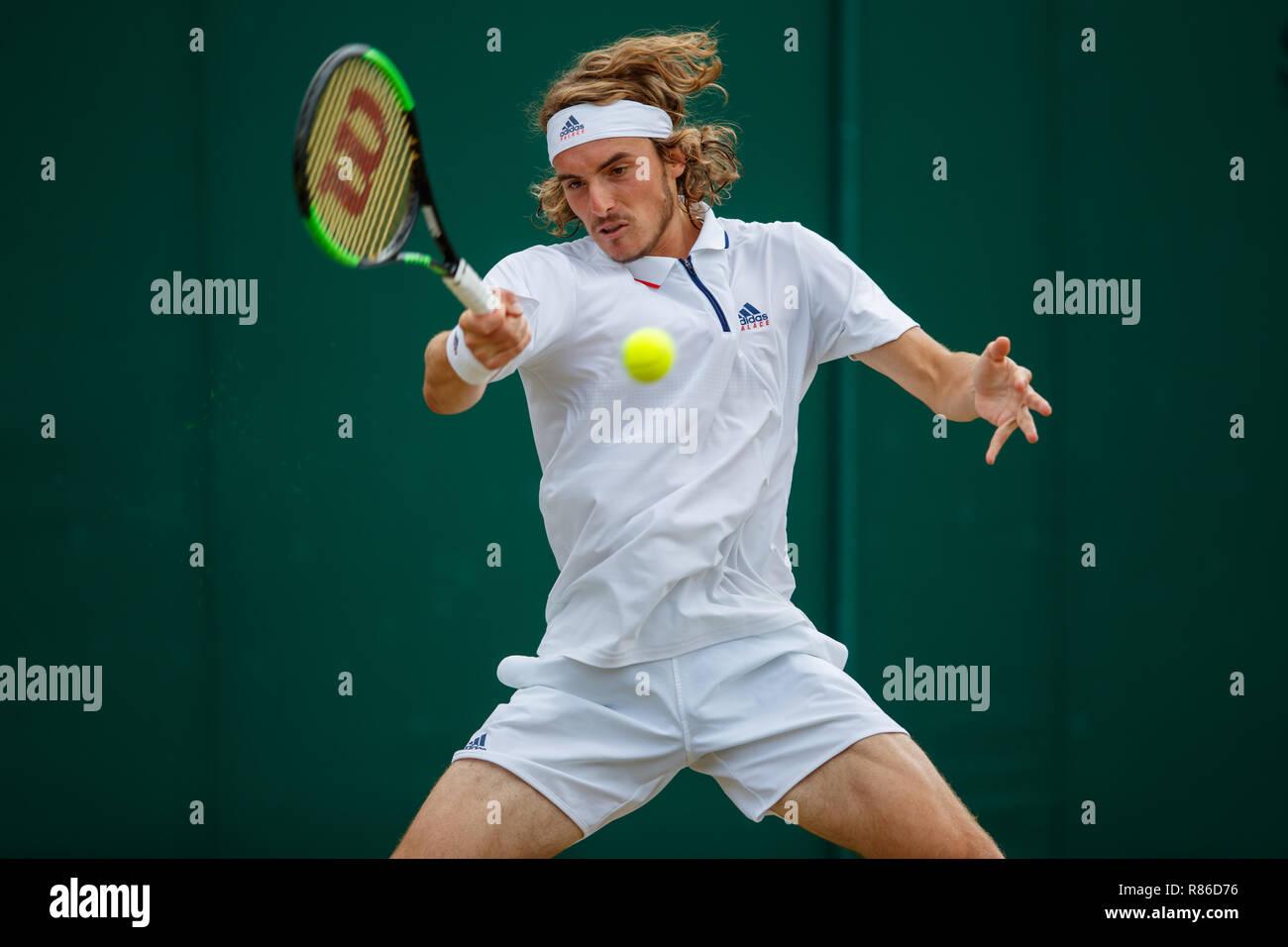 Stefanos Tsitsipas de Grecia en acción durante el Campeonato de Wimbledon 2018 Foto de stock