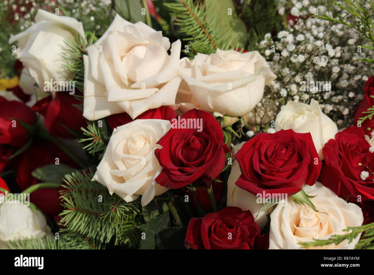 Bouquet De Hermosas Rosas Blancas Y Rojas Y Flores En El Santuario