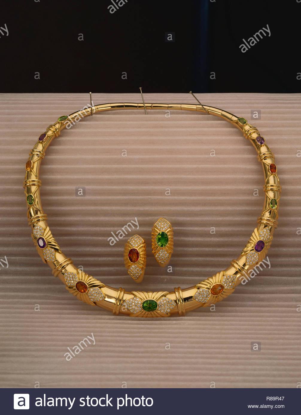Concepto, Collar y aretes de oro Imagen De Stock