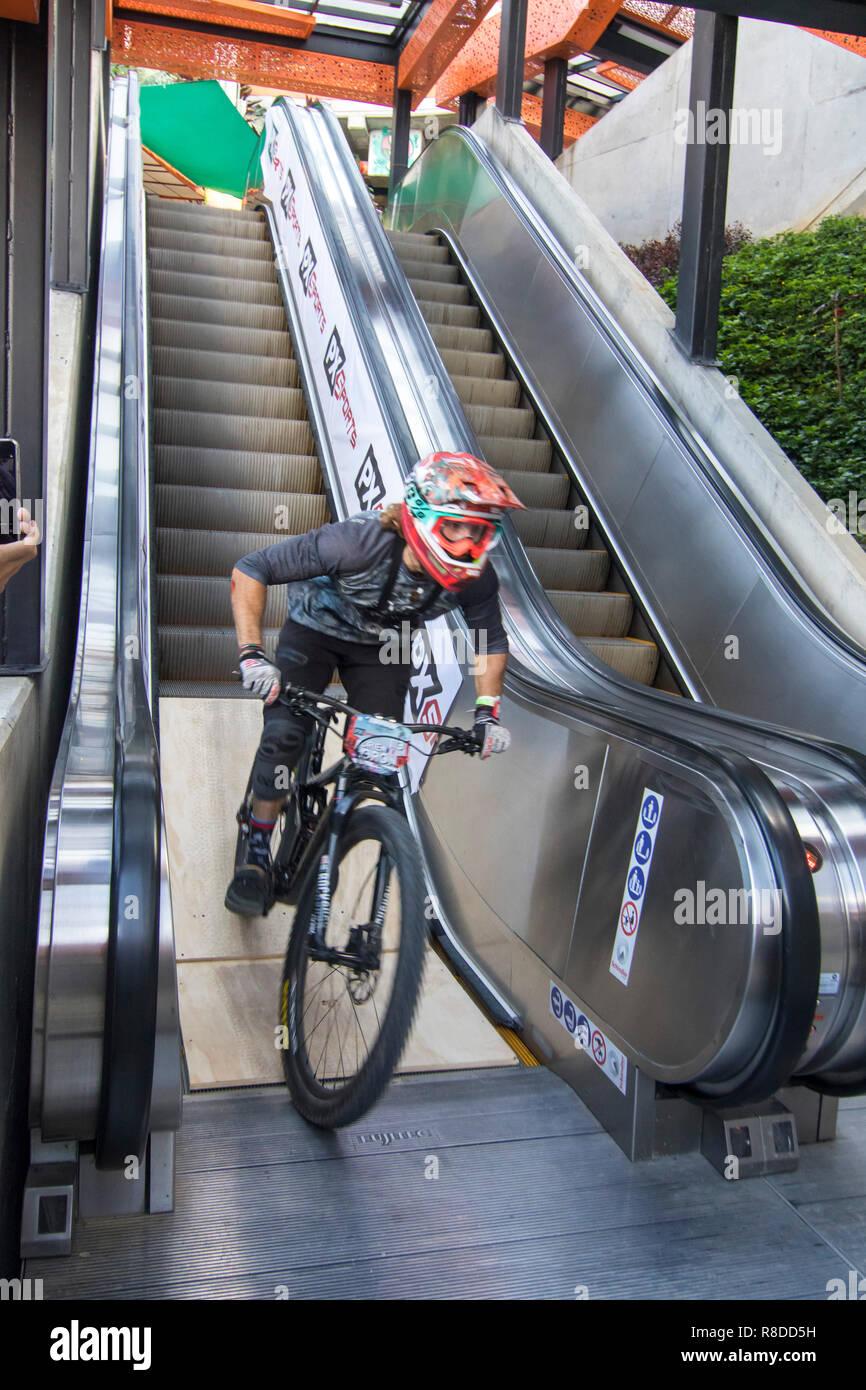 Ciclista recorriendo la vía de las escaleras eléctricas en la Comuna Trece durante el Downhill Challenge 2018 de Medellín. Evento de ciclismo que se celebró este diciembre de 1988. Imagen De Stock