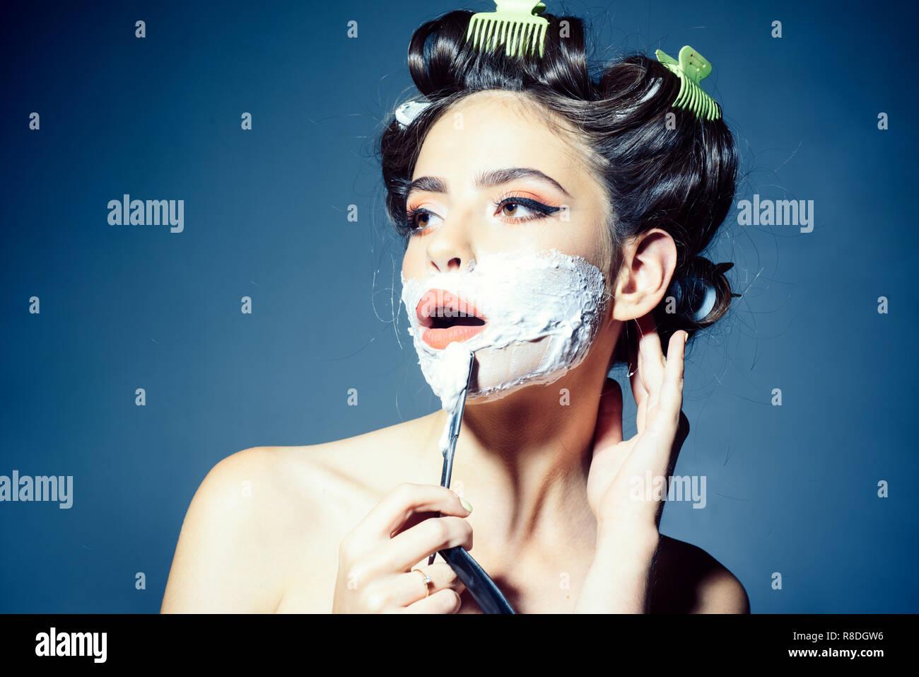 16f7f5bed66 Chica bonita en estilo vintage. Mujer afeitarse con espuma y navaja. pin up  mujer con maquillaje ...