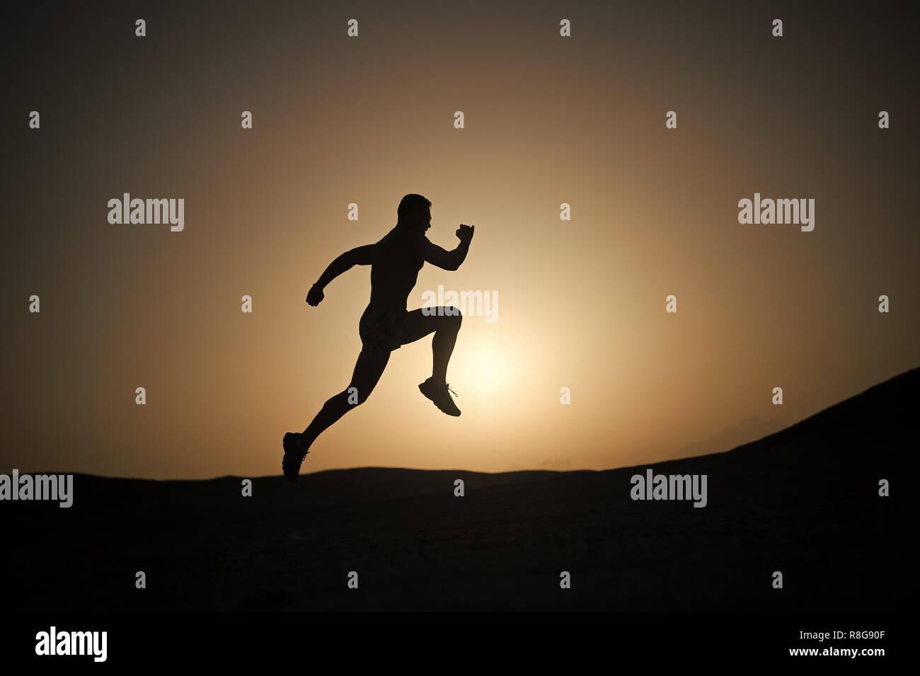 95b617f29ff Hombre corriendo silueta en sunset antecedentes, jóvenes caucásicos en  montaña. run running man concepto