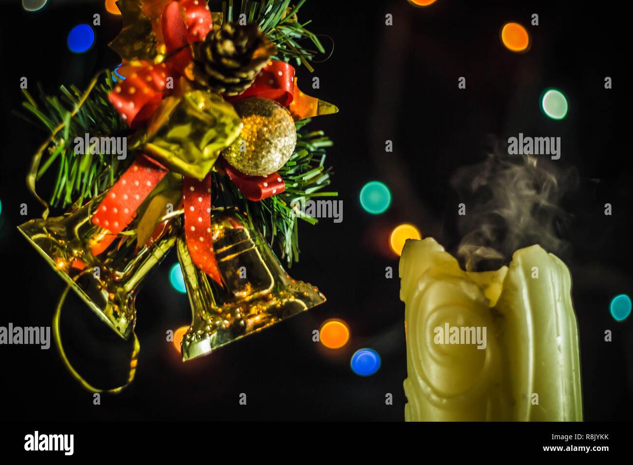 Velas de Navidad. El humo de las velas de Incendio extinguido en el fondo de 71a4899573a