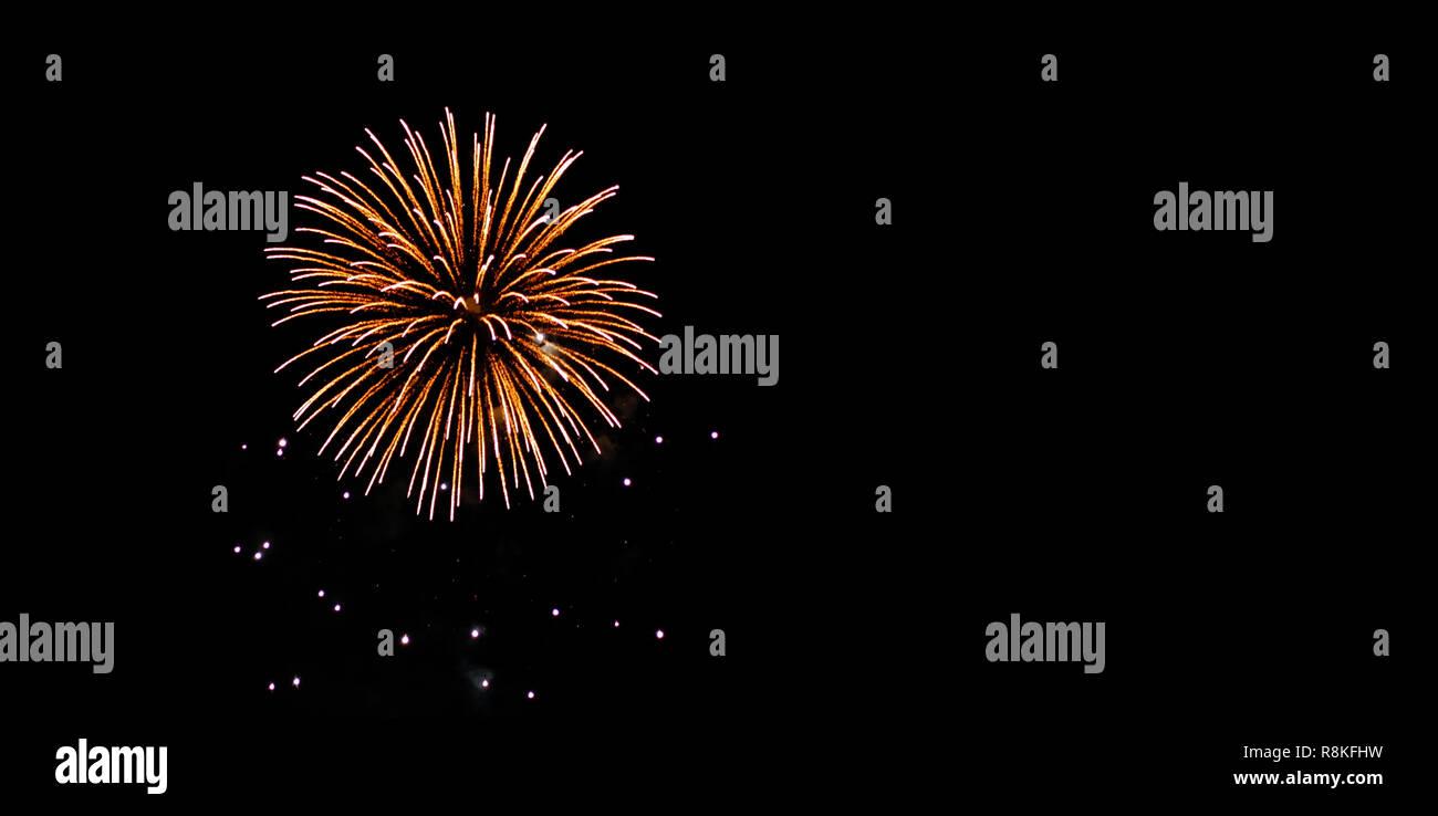 Aniversario y festival de fuegos artificiales en el cielo nocturno con fondos negros y copie el espacio. Foto de stock