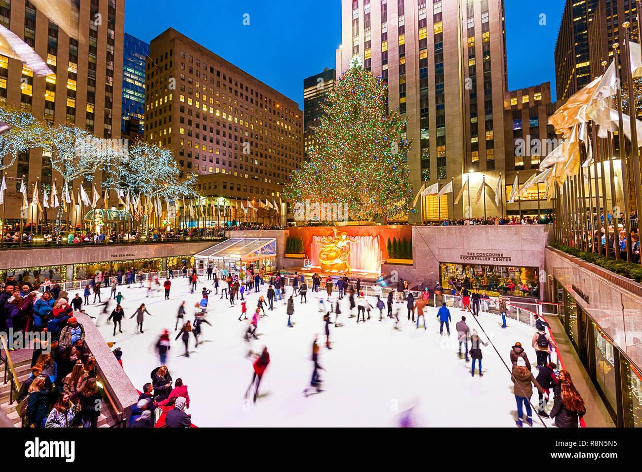 Navidad Nueva York Rockefeller Plaza pista de patinaje sobre hielo Árbol de Navidad Foto de stock