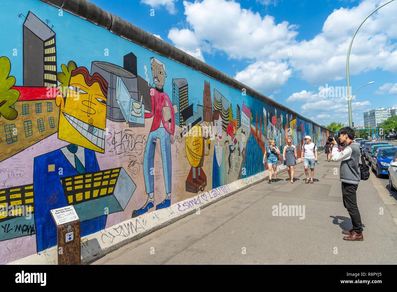 Turista tomando fotos en el East Side Gallery del Muro de Berlín, Berlín, Alemania Imagen De Stock