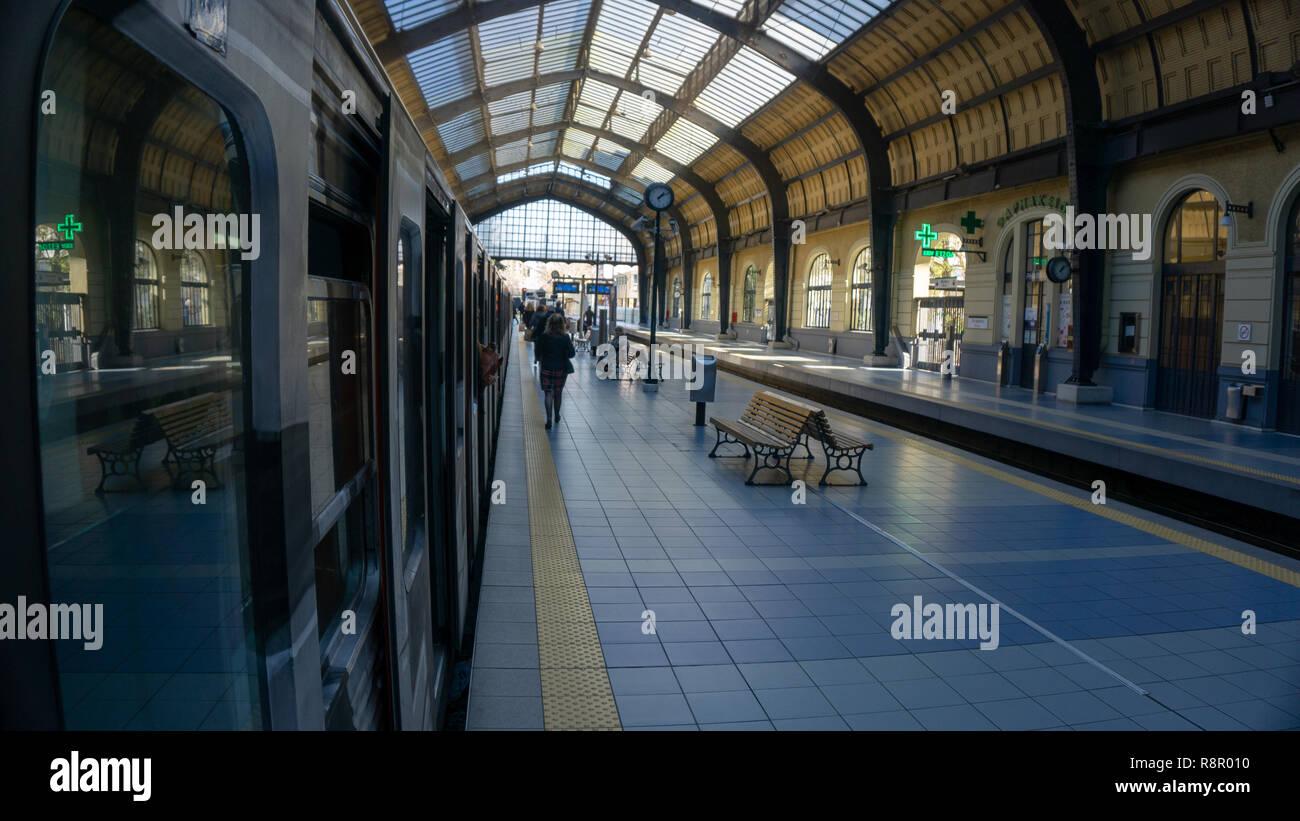 La estación de metro de Pireo de Atenas, donde tomé el tren cada día para llegar al corazón del centro de la ciudad. Sólo tardó 20 minutos y era muy cómodo. Imagen De Stock