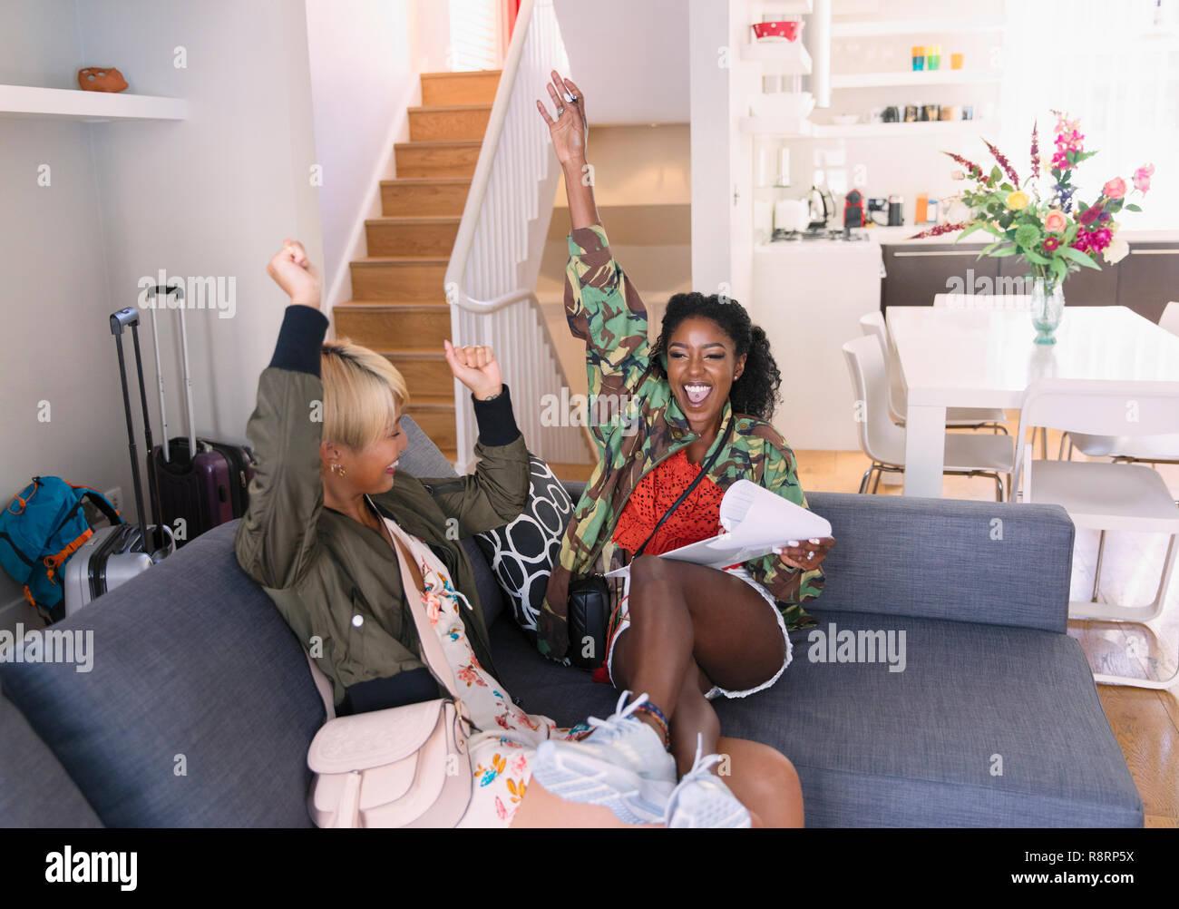Exuberantes mujeres jóvenes amigos que llegan a casa de alquiler Imagen De Stock