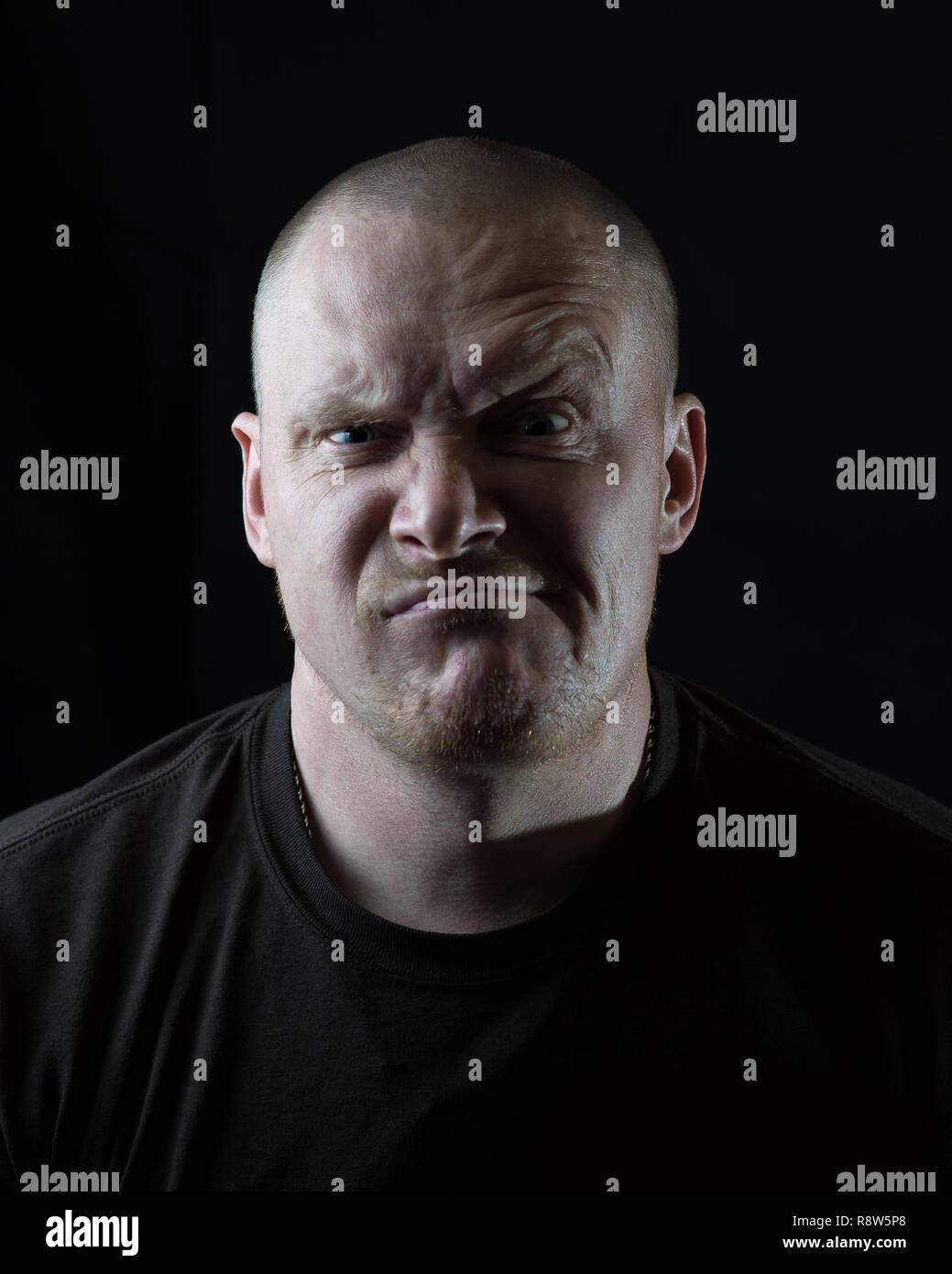 Retrato de un hombre brutal que hace una mueca Imagen De Stock