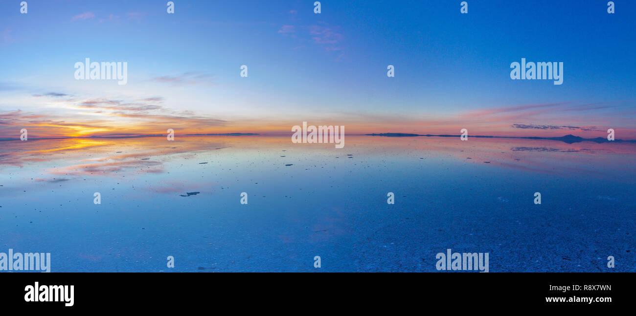 Uyuni reflexiones. Una de las cosas más increíbles que un fotógrafo puede ver. Aquí podemos ver cómo el amanecer sobre un horizonte infinito a Uyuni Foto de stock