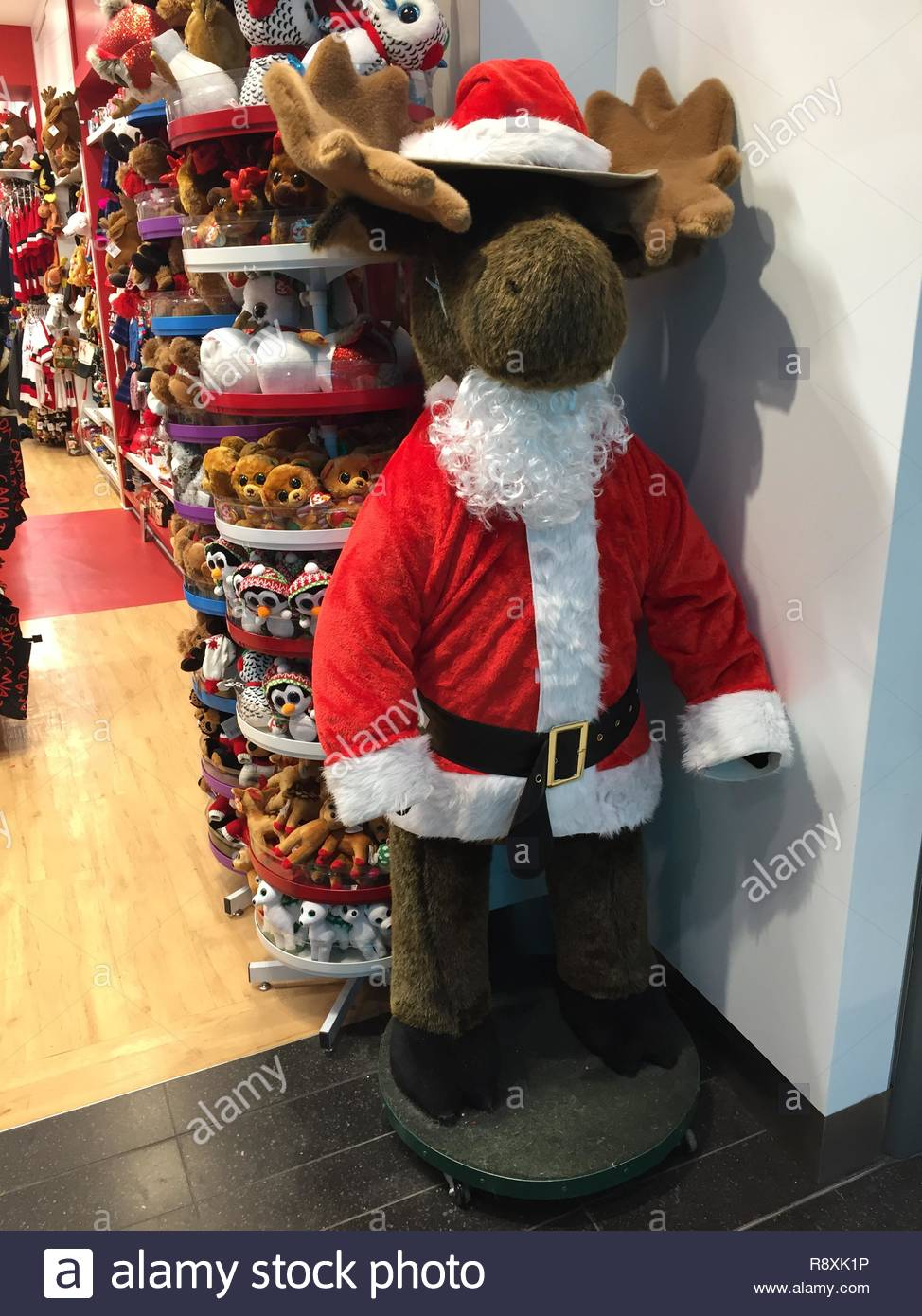 Un gran alce de peluche vestido como Santa Claus en una tienda de juguetes  en Toronto 90f76d8c796