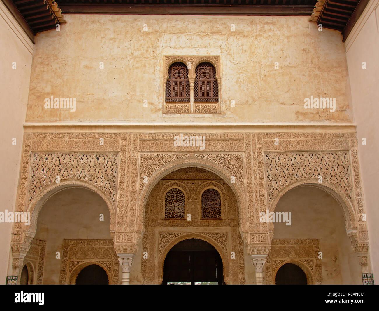 Muro decorado con arcos, detalle de Windows , palacio nazarí Alhambra, España Foto de stock