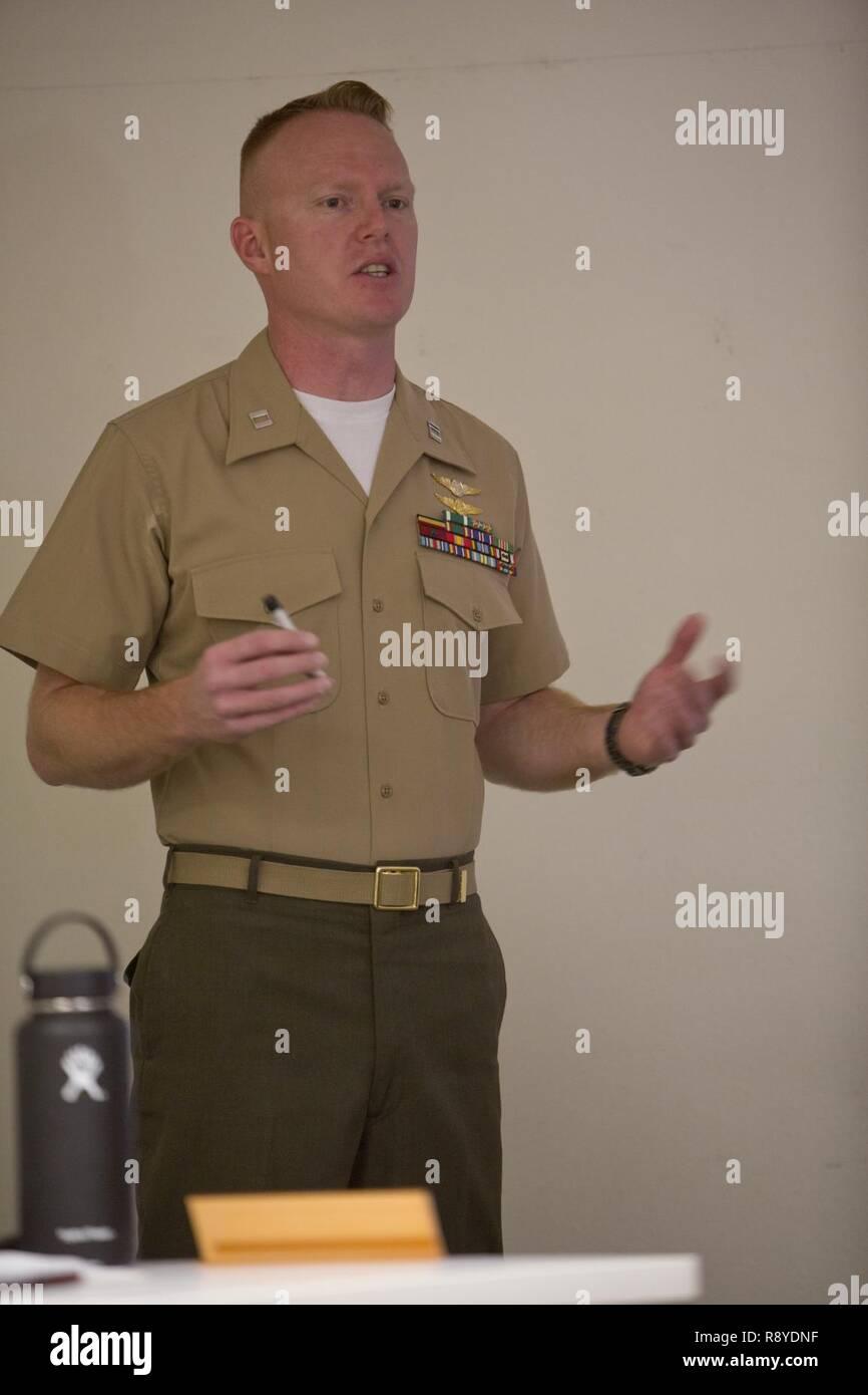 El capitán de marina de los EE.UU. Scott L. Campbell, oficial de mantenimiento con armas y tácticas de Aviación Marina Escuadrón uno (MAWTS-1) da la bienvenida a los estudiantes que asistieron al primer curso de oficial de mantenimiento de aviones avanzados (AAMOC) en Marine Corps Air Station Yuma, Arizona, el 13 de marzo, 2017. AAMOC capacitará a oficiales de mantenimiento de aeronaves con herramientas de liderazgo, mayores conocimientos técnicos y las prácticas normalizadas mediante procedimientos rigurosos de académicos y de capacitación práctica a fin de disminuir los percances relacionados con el suelo y aumentar la incursión de generación. Foto de stock