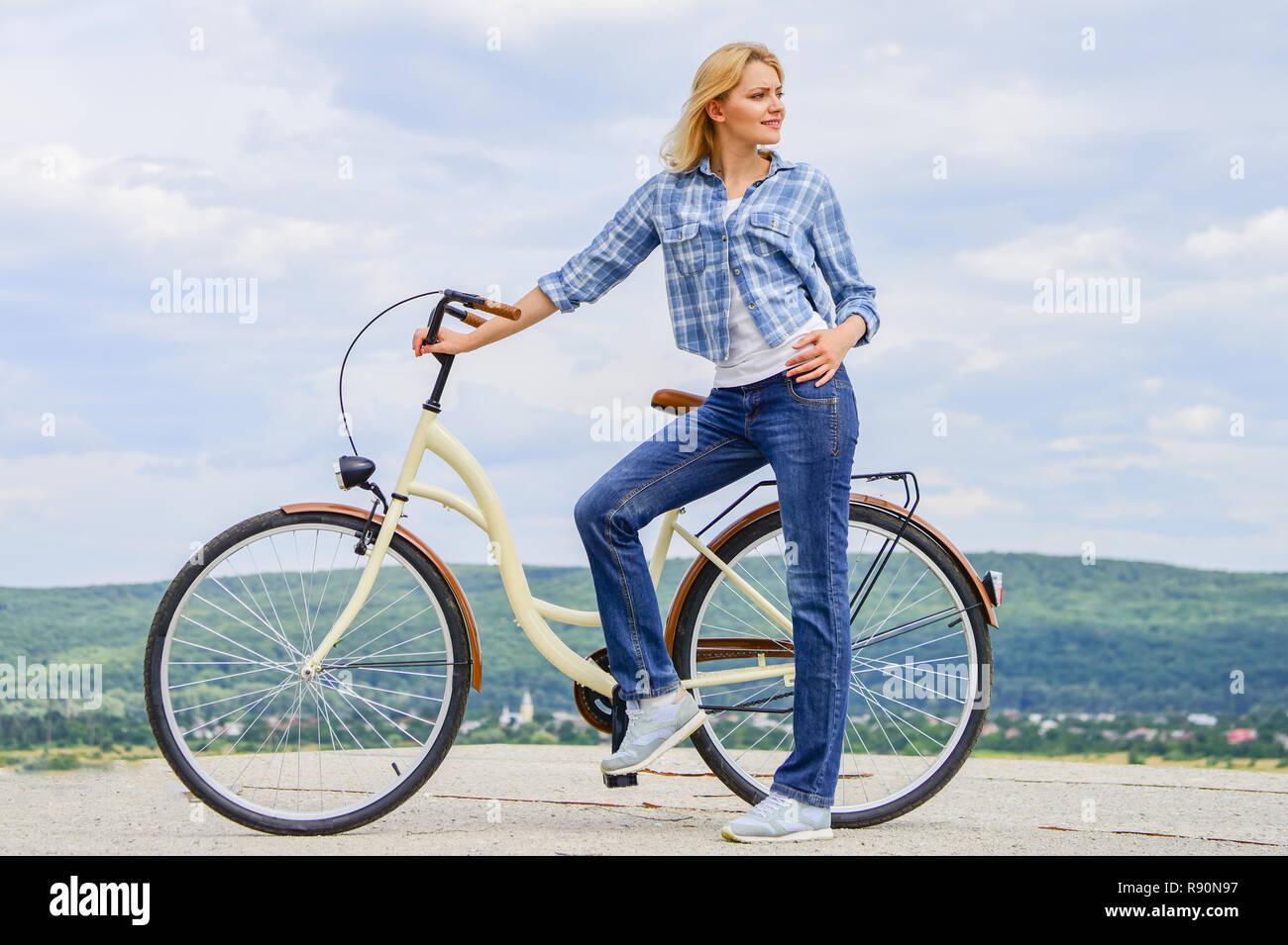 Beneficios de la bicicleta todos los días. Manténgase en forma fácil de forma regular con el ciclismo. Chica ride cruiser bicicleta. Beneficios para la salud de ciclismo regular. Razones para andar en bicicleta. Mujer, paseos en bicicleta de fondo del cielo. Imagen De Stock
