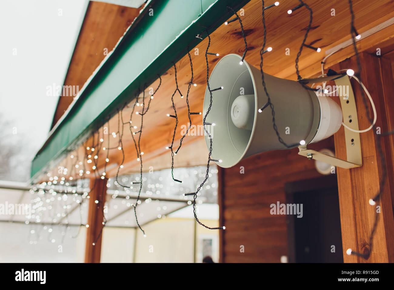 Sirena de alarma y altavoz en la pared de la ciudad. Imagen De Stock