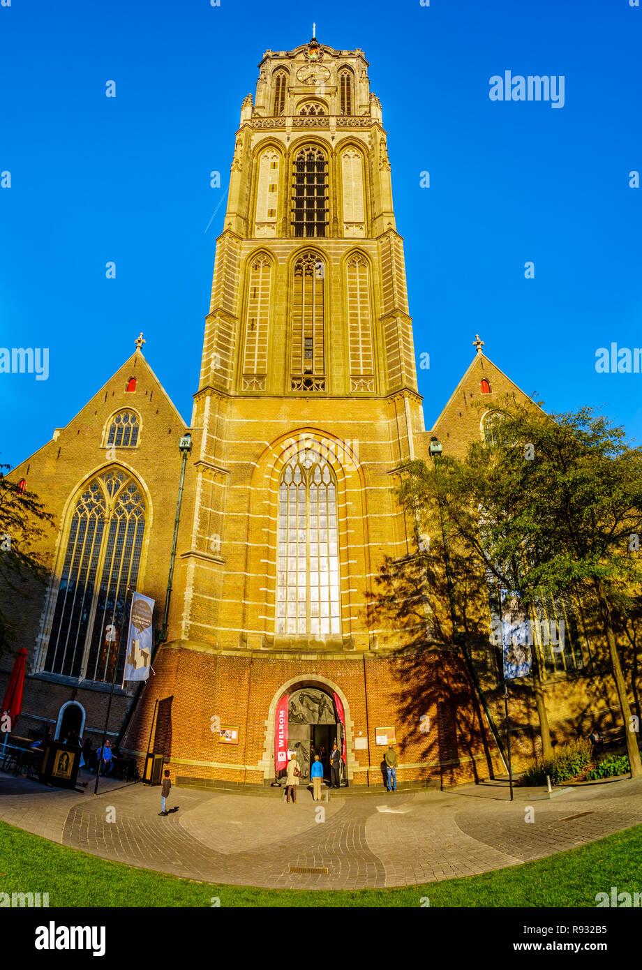 La torre medieval de la iglesia de Saint Laurens en el centro del famoso puerto de Rotterdam, cerca de la plaza del Ayuntamiento de mercado en los Países Bajos Foto de stock