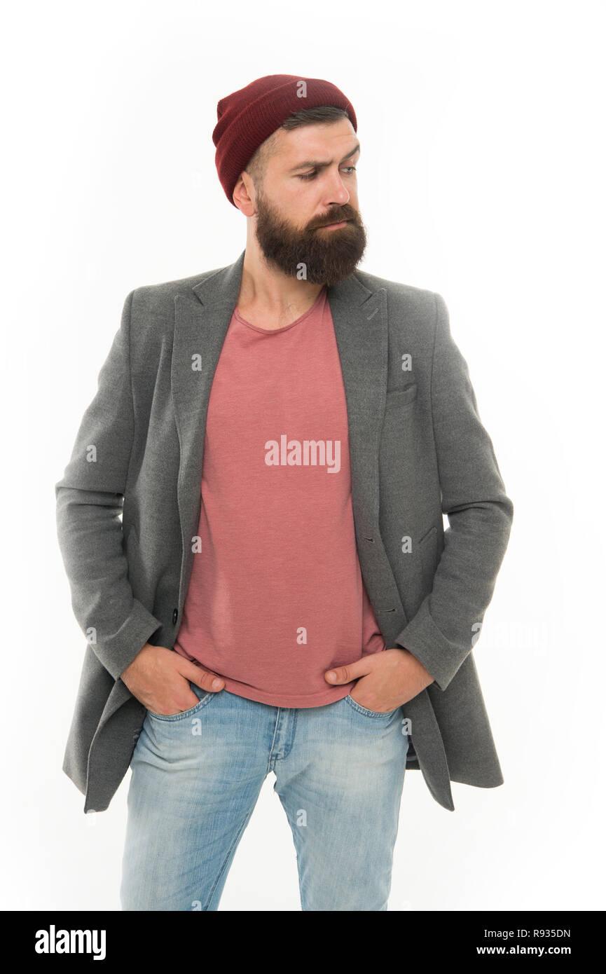 Elegante ropa casual para el otoño y la primavera. Ropa y concepto de moda  masculina. El hombre barbado hipster moda elegante abrigo y sombrero. Traje  ... 52f4462f1dd