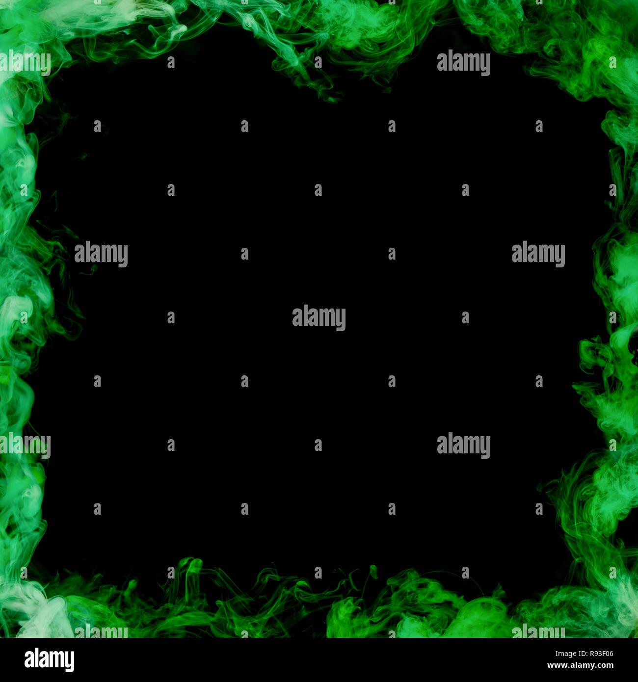 Bastidor de humo verde sobre fondo negro Imagen De Stock