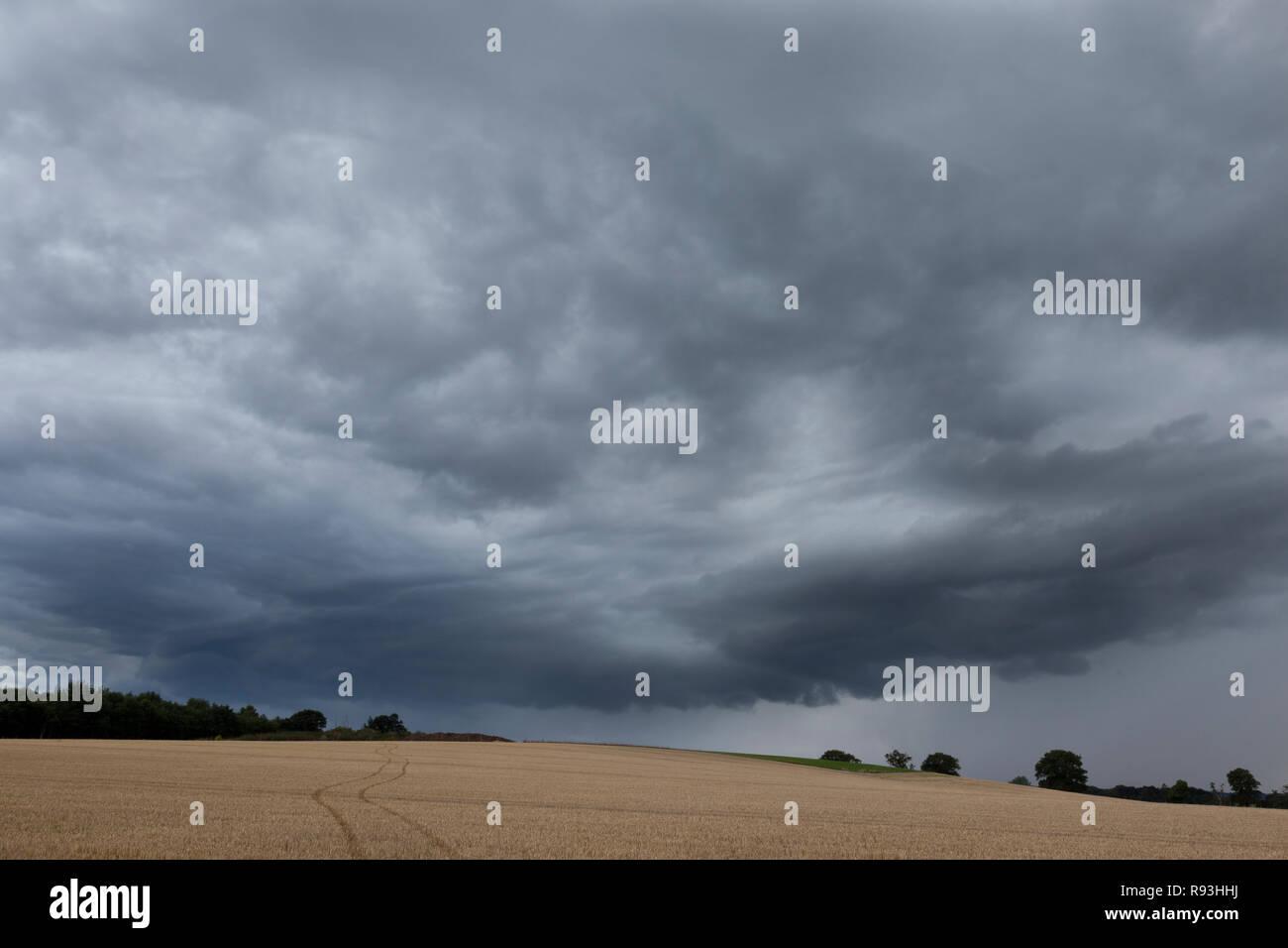 Acercarse a una tormenta con nubes amenazando lluvia Imagen De Stock