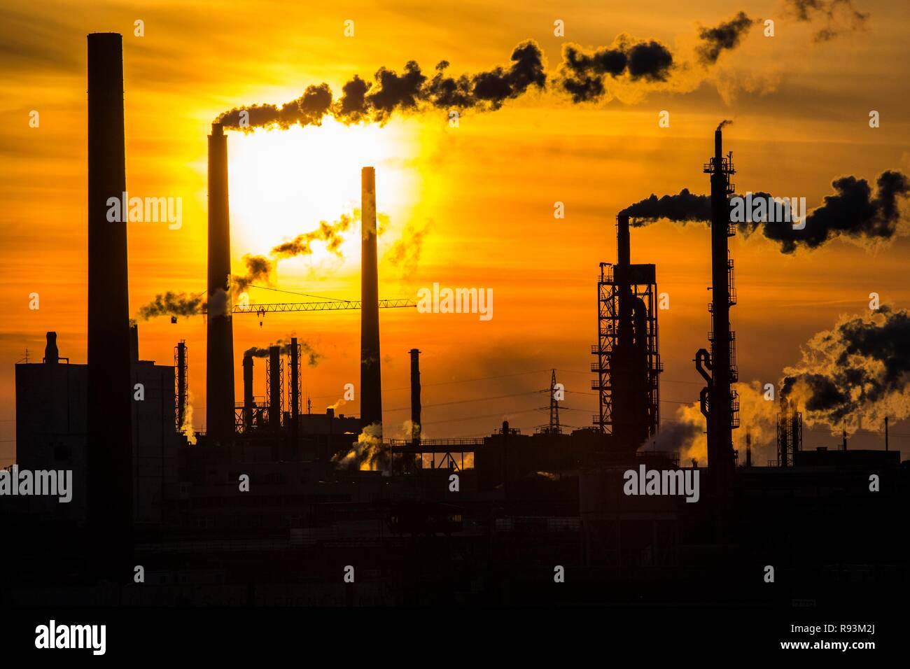 La planta industrial de Sachtleben Chemie GmbH, un fabricante de productos químicos de especialidad, en el Río Rin al atardecer, Homberg Foto de stock
