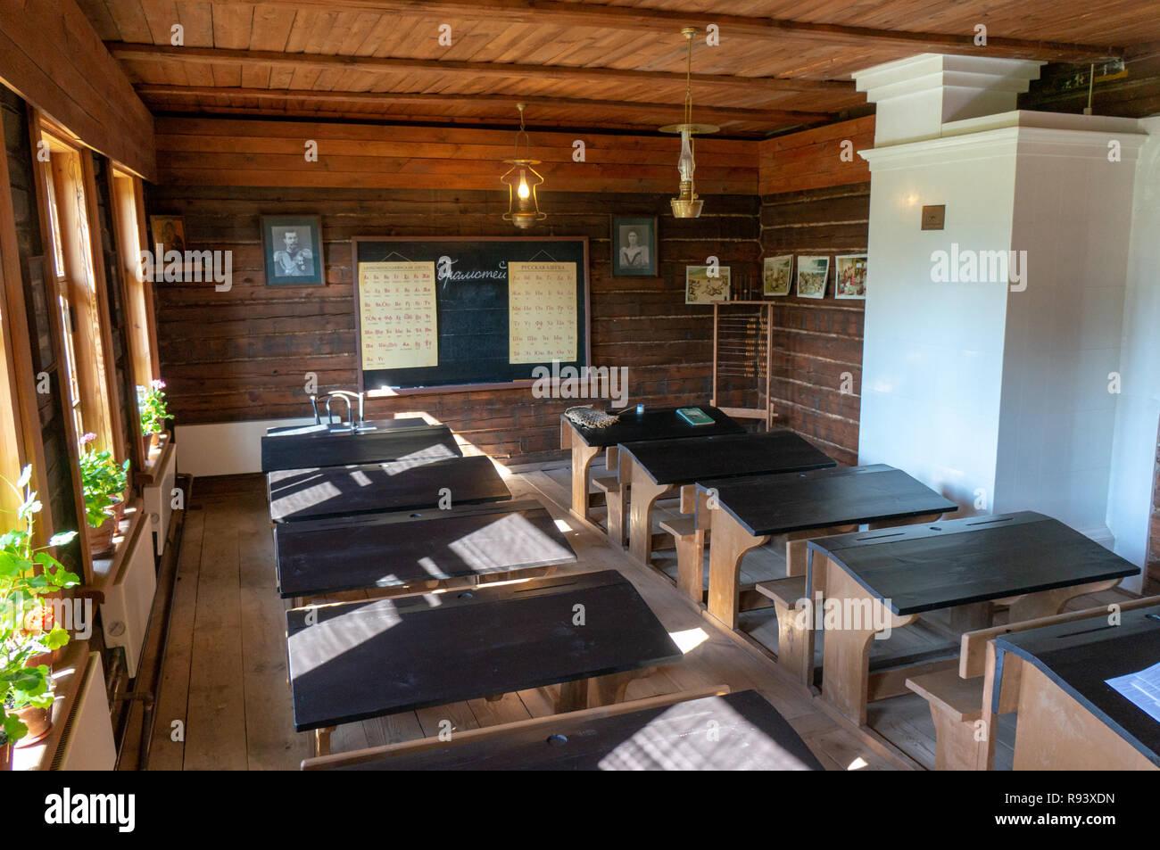 Interior de la histórica escuela de una sola habitación en Konstantinovo. Foto de stock
