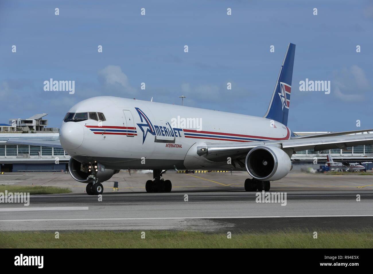 La acción en el Aeropuerto Internacional Princess Juliana (SXM) Sint Maarten en el Caribe Foto de stock